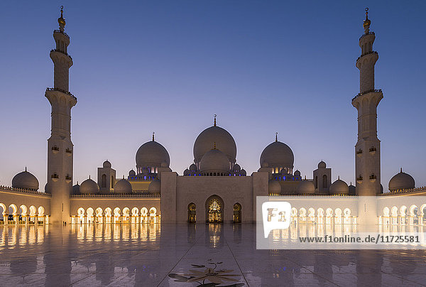 Twilight view of the inner courtyard of Sheikh Zayed Mosque  Abu Dhabi  United Arab Emirates