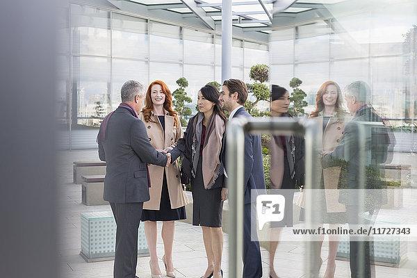 Begrüßung von Geschäftsleuten  Händeschütteln in der Lobby