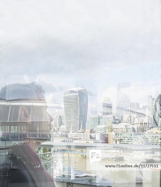Nachdenklicher Geschäftsmann mit Blick auf die Stadtansicht  London  UK