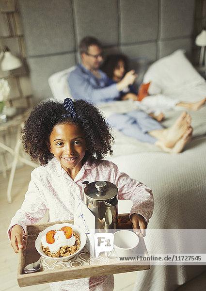 Portrait lächelndes Mädchen serviert Vatertag-Frühstück im Bett