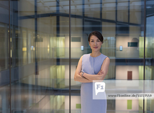Porträt einer selbstbewussten Geschäftsfrau im modernen Büroatrium