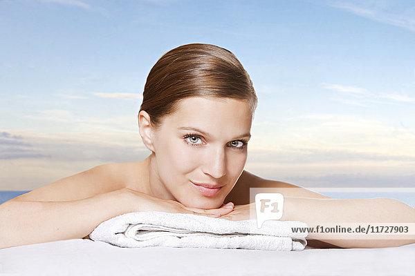 Hübsche Frau bei einer Massage am Meer