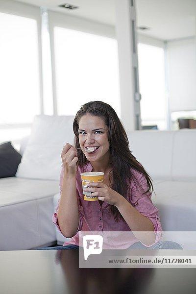 Hübsche brünette Frau beim Eis essen