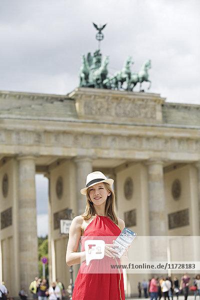 Hübsche blonde Frau beim Sightseeing in Berlin