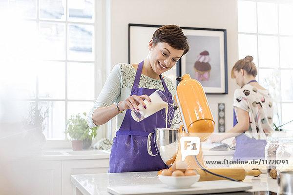 Backen von Catererinnen mit Standmixer in der Küche