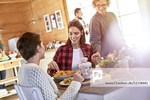Freunde beim Essen und Abhängen am Kabinentisch