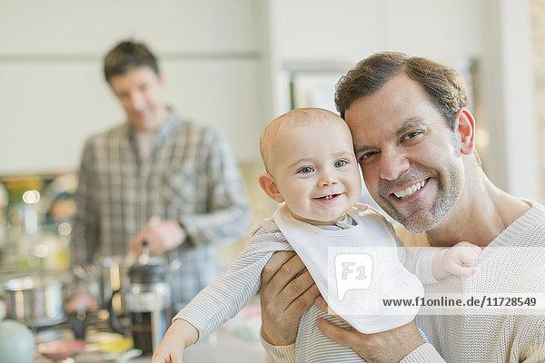 Portrait lächelnder schwuler Vater mit süßem Baby-Sohn