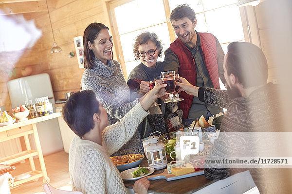 Freunde toasten Weingläser am Kabinentisch