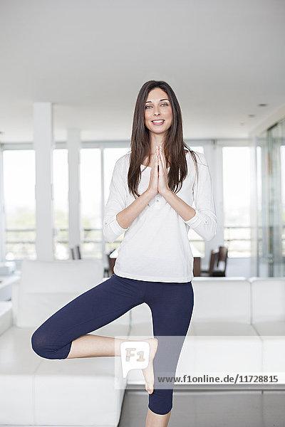 Gesunde junge Frau beim Yoga zu Hause