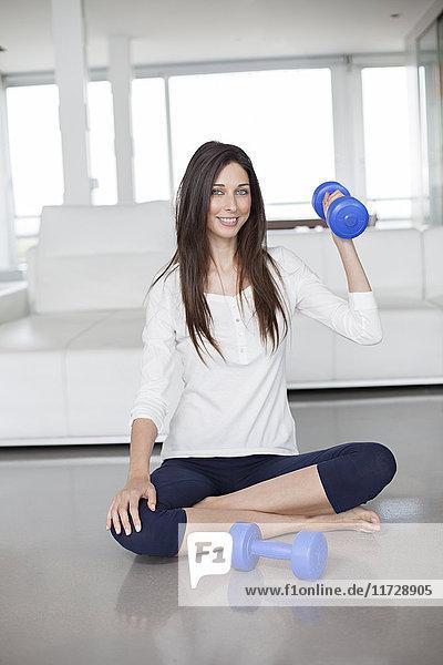 Frau beim Sport mit Hanteln zu Hause