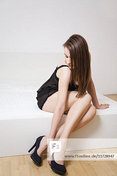 Frau in Dessous und High Heels