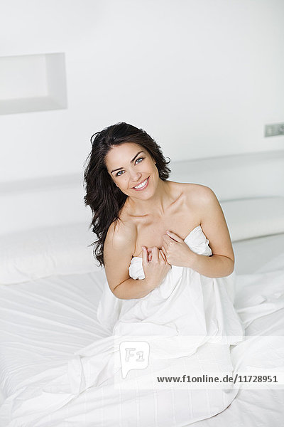 Porträt einer sexy brünetten Frau im Bett