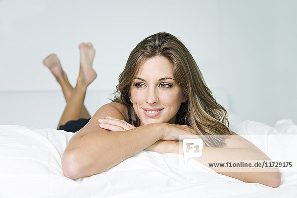 Porträt einer schönen blonden Frau  die im Bett träumt.