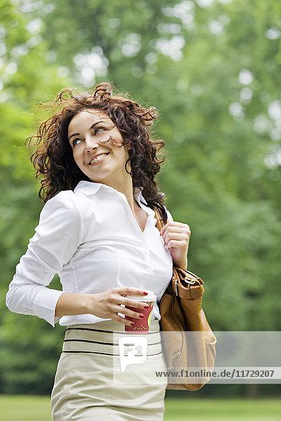 Geschäftsfrau mit Kaffee zum Entspannen im Park