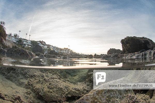 Ober- und Untersicht vom küstennahen Felspool  Laguna Beach  Kalifornien  USA