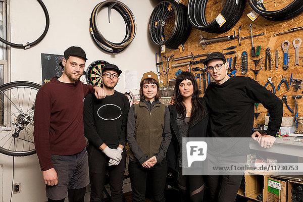 Mitarbeiter in der Fahrradwerkstatt