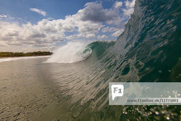 Nahaufnahme der rollenden Welle und des Strandes  Laguna Beach  Kalifornien  USA