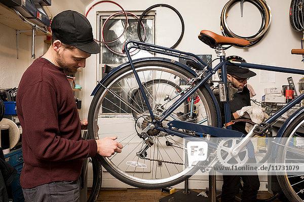 Techniker in der Fahrradwerkstatt