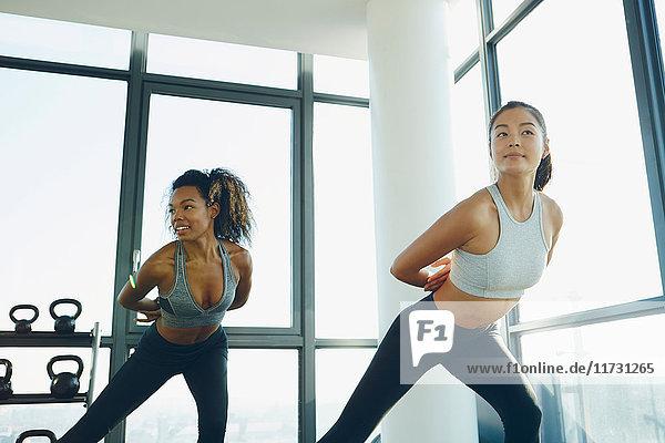 Zwei junge Frauen trainieren im Fitnessstudio  machen Aerobic-Training