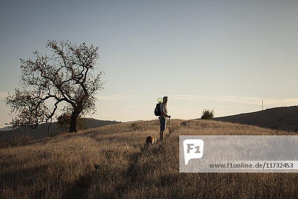 Ein reifer Mann und sein Dachshund beim Spaziergang in den Santa Monica Mountains  Kalifornien  USA