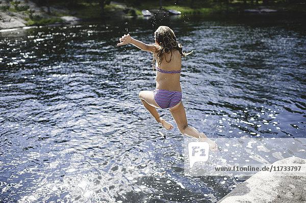 Mädchen im Bikini springt ins Wasser  Kings Lake  Ontario  Kanada