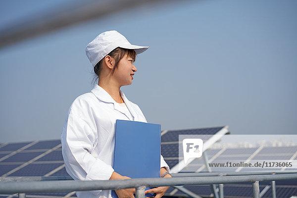 Arbeitnehmerin auf dem Dach einer Solarmodul-Montagefabrik  Solar Valley  Dezhou  China