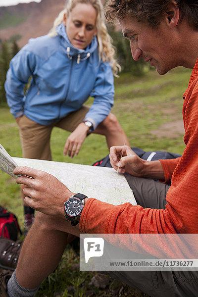 Ehepaar schaut auf die Karte