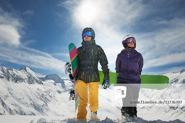 Zwei Snowboarder stehen im Schnee  Obergurgl  Österreich