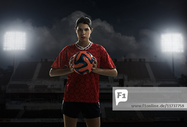 Fußballspieler hält Ball