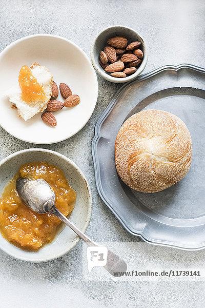 Draufsicht auf Brötchen mit Marmelade und Nussschale