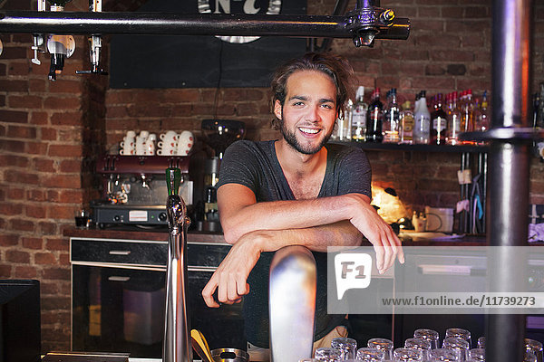 Barkeeper an der Bar im Club