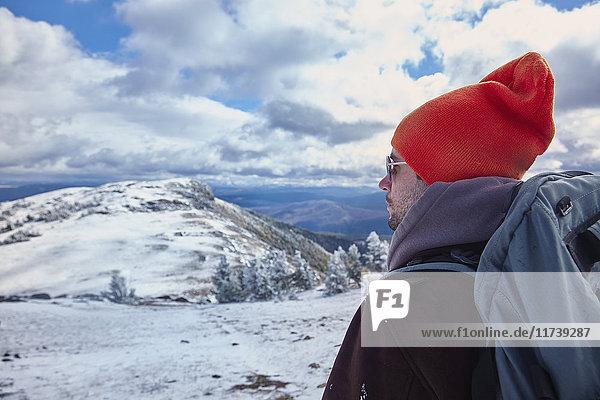 Wanderer genießt Aussicht  Yellowstone-Nationalpark  Wyoming  USA