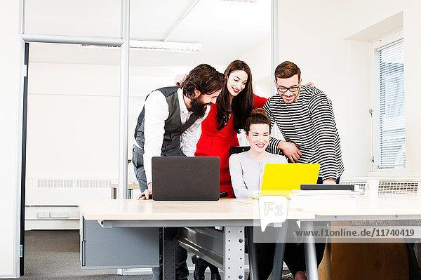 Kollegen mit Laptop am Schreibtisch