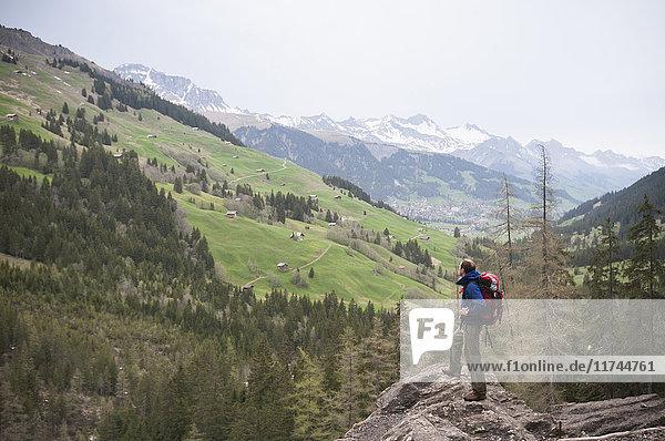Mann wandert bei den Engstligenfällen  Adelboden  Berner Oberland  Schweiz