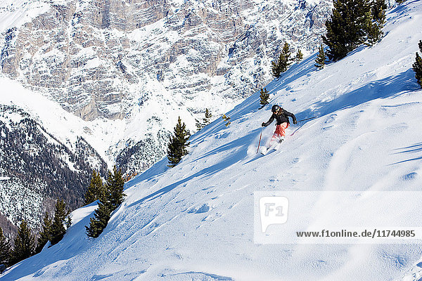 Weibliche Skifahrerinnen bergab