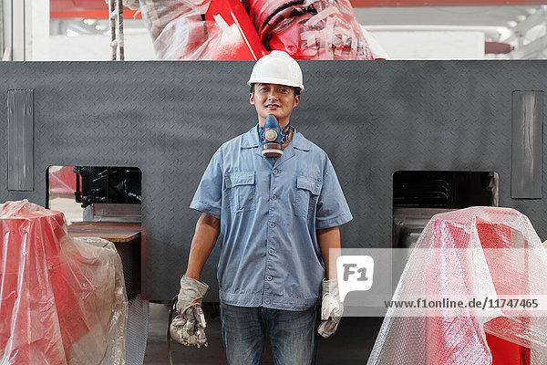 Porträt eines männlichen Spritzlackierers in einer Kranfabrik  China