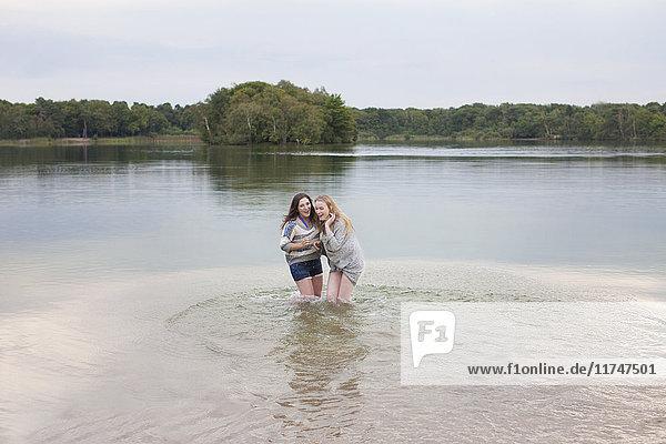 Junge Frauen spielen im See