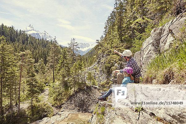 Vater und Kind genießen Aussicht auf Hügel  Ehrwald  Tirol  Österreich