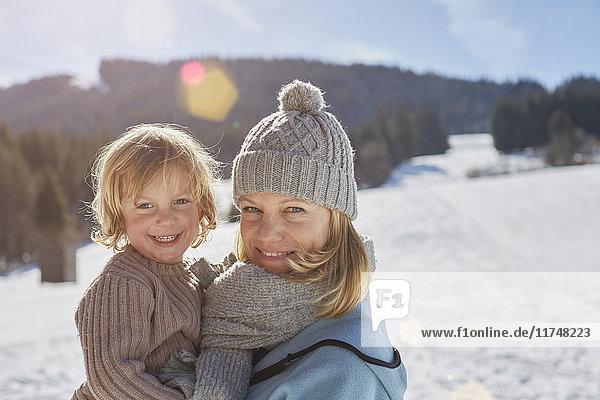 Mutter und Sohn genießen den Tag im Schnee