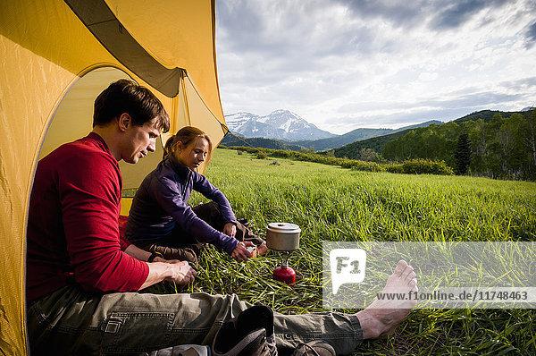 Camper auf Rucksacktour beim Abhängen  Uinta National Forest  Wasatch Mountains  Utah  USA
