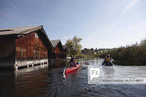 Kanufahren mit der Familie auf dem See  Staffelsee  Murnau  Oberbayern  Bayern  Deutschland