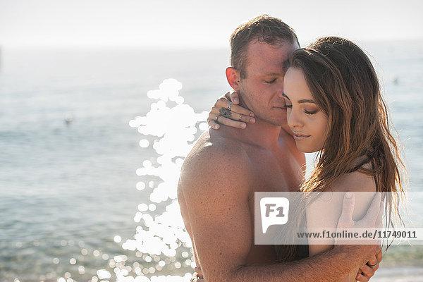 Romantisches junges Paar umarmt sich am Strand  Castiadas  Sardinien  Italien