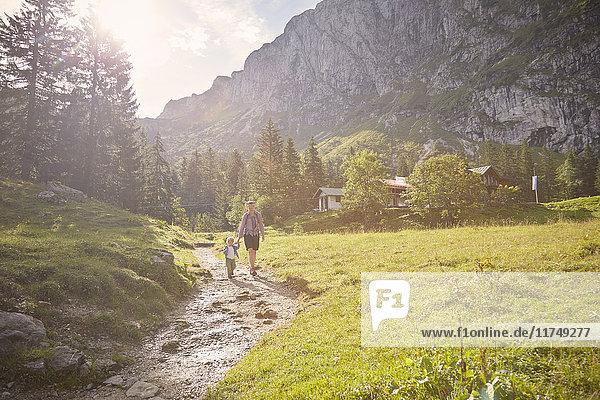 Mutter und Sohn wandern entlang des Weges  Benediktbeuern  Bayern  Deutschland