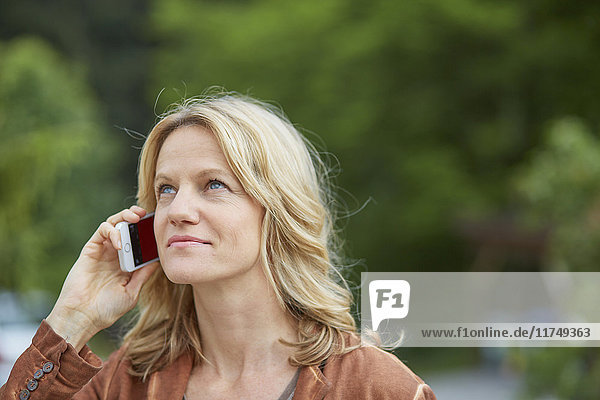 Reife Frau benutzt Smartphone