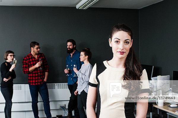 Junge Frau schaut in die Kamera