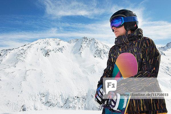 Frau hält Snowboard  Obergurgl  Österreich