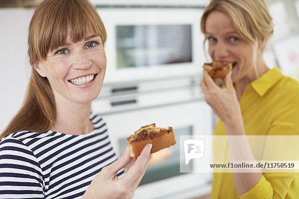 Frauen essen Kuchen in der Küche