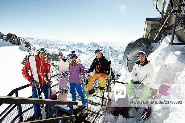 Gruppe von Skifahrern auf Skilifttreppe