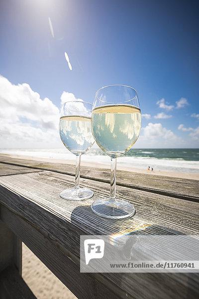 Zwei Gläser Weißwein  Strandbar Wonnemeyer  Wenningstedt-Braderup  Sylt  Schleswig-Holstein  Deutschland  Europa