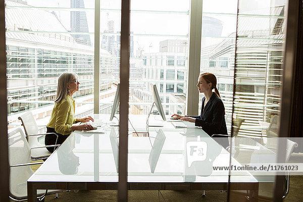 Am Computer arbeitende Geschäftsfrauen  London  UK Am Computer arbeitende Geschäftsfrauen, London, UK